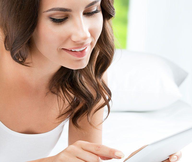 Sebavedomá žena používa tablet